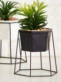 Umjetna biljka na metalnoj konstrukciji